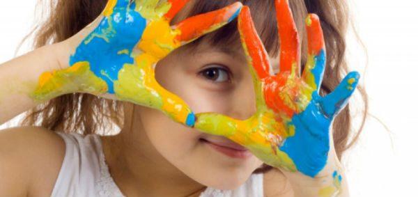 trẻ em tiếp xúc với sơn